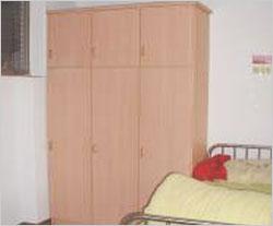 每床皆有櫥櫃及床頭櫃